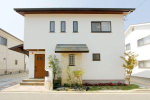 石庇と砥部焼きのある家
